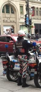 Kamouflagebyxor, röda kepsar, shorts, Montreals poliser har coola uniformer.