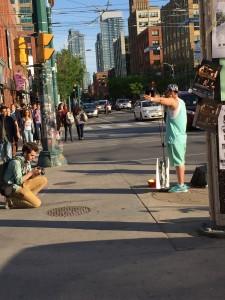 Torontorapparen inspirerades av de som gick förbi som plötsligt var en del av hans mycket medryckande och väl belönade framförande.