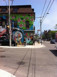 Queensgate i Toronto börjar med flowerpower och slutar med finansskrapor.