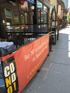 Restaurangägare protesterar mot Torontos rivningspolicy. Juni 2015.