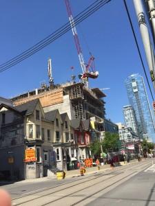 Queensgate i Toronto, gammalt möter nytt.