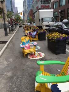 En installation nära studentkvarteren i Toronto för att visa på bilfria alternativ.