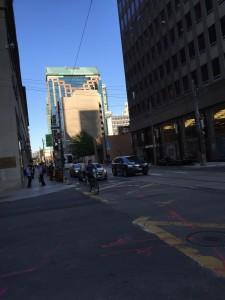 För mycket skyrskrapor ger för mycket skugga och snålblåst. Torontos finanskvarter juni 2015.