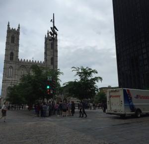 En trafikled och ett 75-vånngarshus funkar inte fint med gamla stans Dom i Montréal.