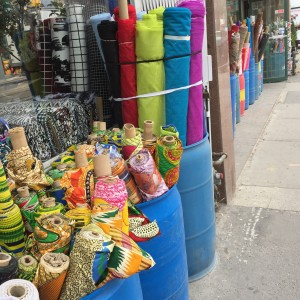 Textilbutiker, garnbutiker finns längs delar av Queeensgate i Toronto.