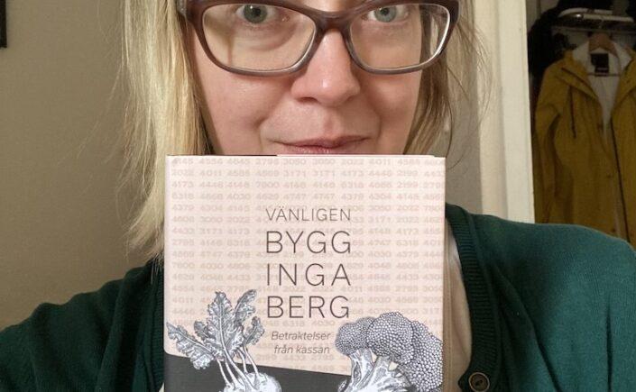 Lina Arvidsson med sin poesidebut om livet bakom kassan.